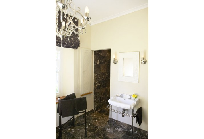Mr & Mrs Smith - Brown Room bathroom
