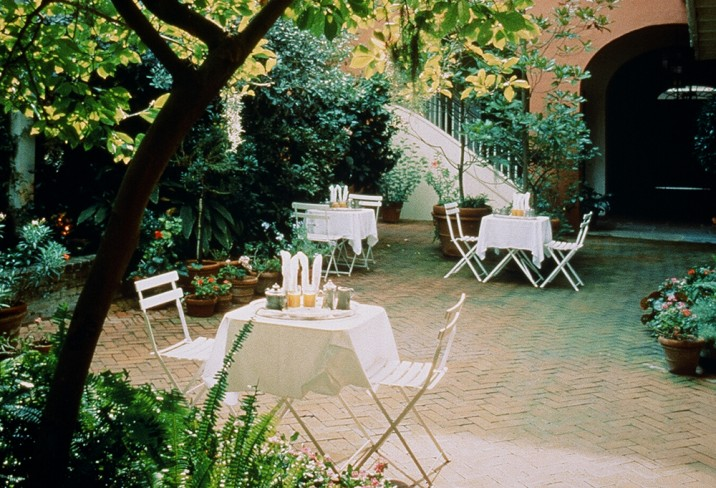 Mr & Mrs Smith - Courtyard seating
