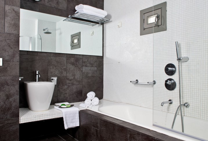 Mr & Mrs Smith - Double room bathroom
